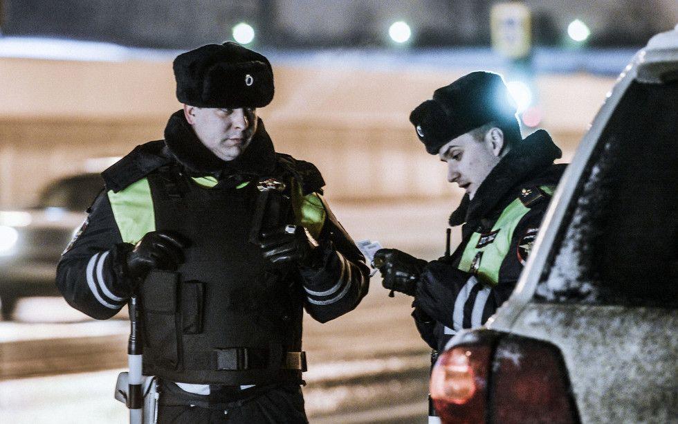 Инспектор поверяет автокресло в автомашине