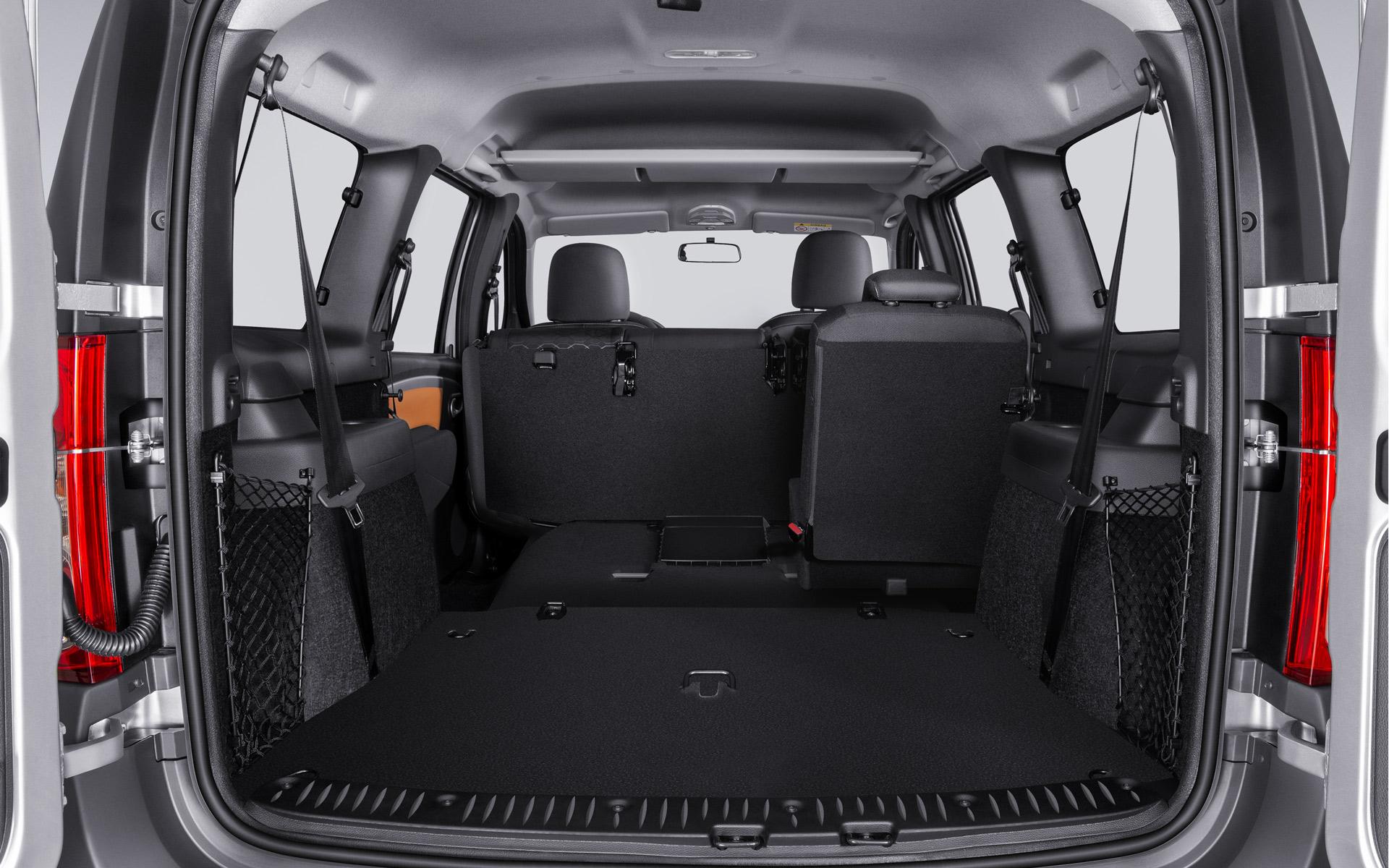 Фотографии багажника нового Лада Ларгус 2021