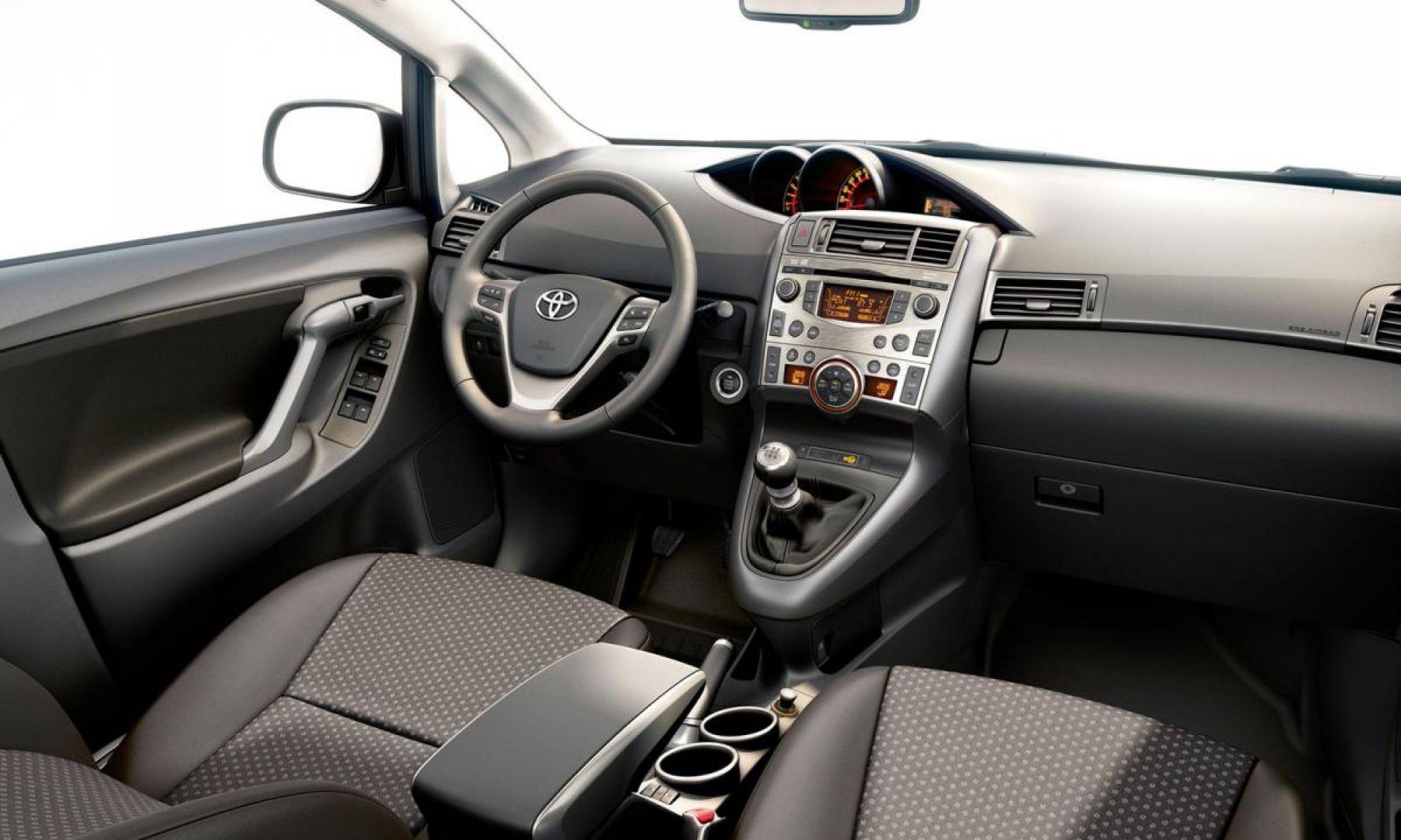Toyota Verso - панель и салон фото 2021